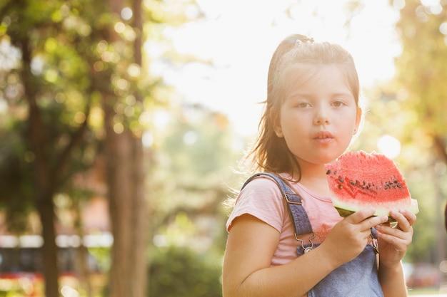 スイカのスライスを持つ女の赤ちゃん 無料写真