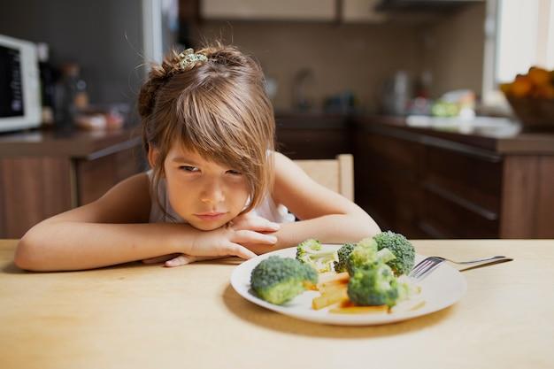 正面のうるさい女の子が野菜を拒否 無料写真