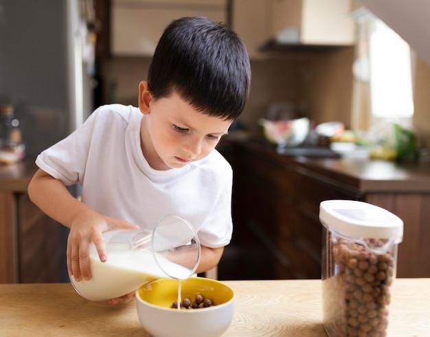 朝の朝食を持つ男の子 無料写真