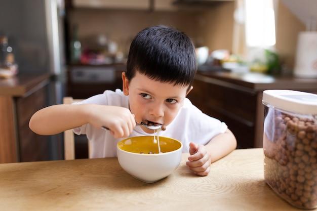 Мальчик завтракает дома Бесплатные Фотографии
