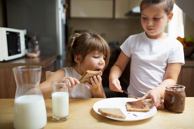 自宅で朝食を持っている若い兄弟 無料写真
