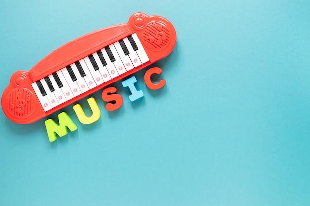 青色の背景のトップビューピアノグッズ 無料写真