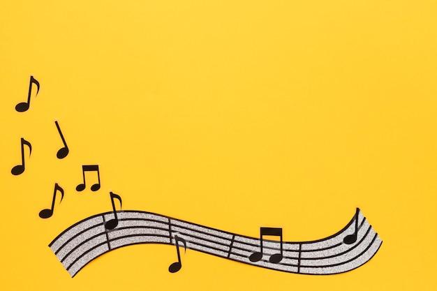 Музыкальный нот и нот на желтом фоне Бесплатные Фотографии