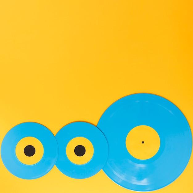 コピースペースと黄色の背景にビニールディスク 無料写真