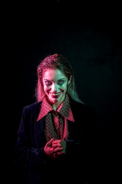 Женщина в костюме джокера смеется Бесплатные Фотографии