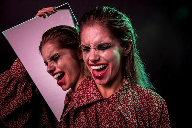 目を閉じて笑う女性の多重ミラー効果 無料写真