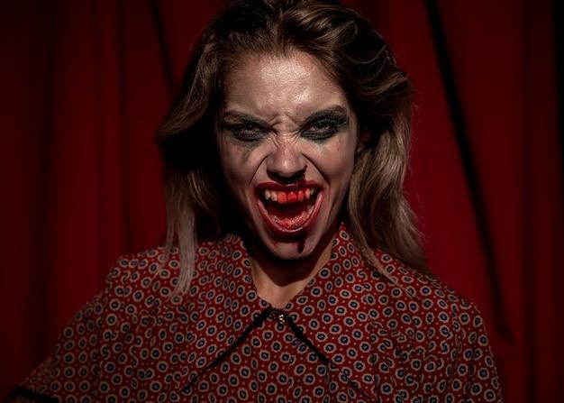 叫んでいる彼女の顔に化粧血を持つ女性 無料写真