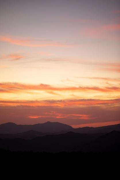 オレンジ色の空に無料の雲の背景を生成できます 無料写真