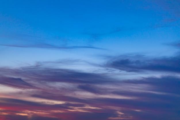 曇り空にさまざまな青の色合い 無料写真