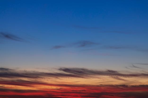 小さな雲と透き通った空 無料写真