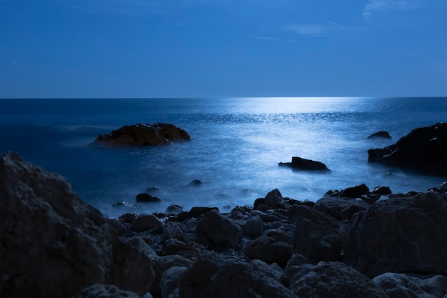 海辺の角度からの美しい海の水 無料写真