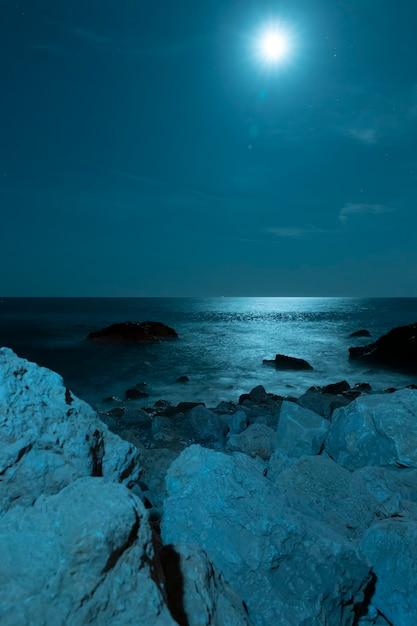 Луна над красивой кристально чистой водой Бесплатные Фотографии
