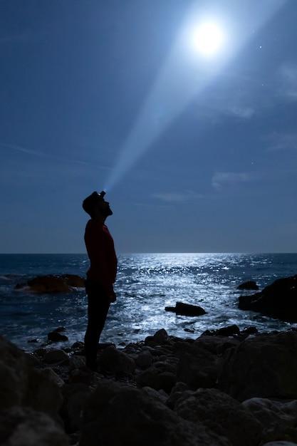 Силуэт человека, освещающего луну Бесплатные Фотографии