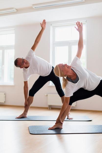 Взрослый мужчина и женщина тренируются вместе Бесплатные Фотографии