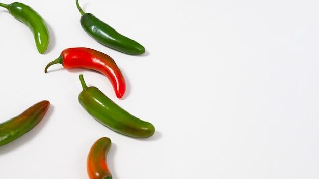 Зеленый и красный перец с копией пространства Бесплатные Фотографии