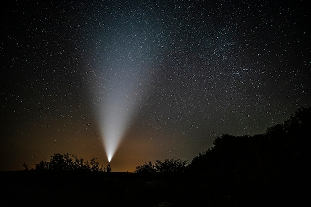Человек с фонариком наслаждается красотой природы Бесплатные Фотографии