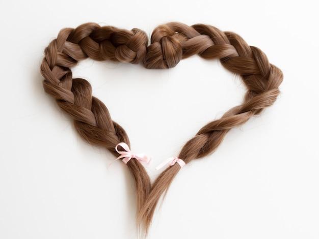 Высокий угол оплетки в форме сердца с лентами Бесплатные Фотографии