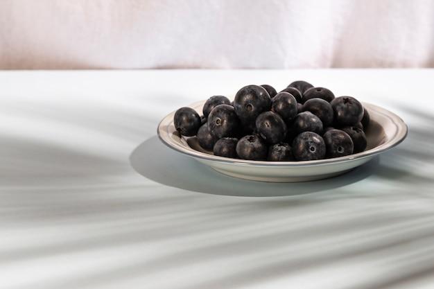 皿の上の健康的な青い果実のクローズアップ 無料写真