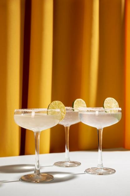 Классические коктейли маргарита с соленым ободком на столе с лимоном Бесплатные Фотографии