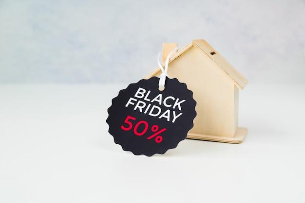 黒い金曜日のタグを持つ小さな木造住宅 無料写真