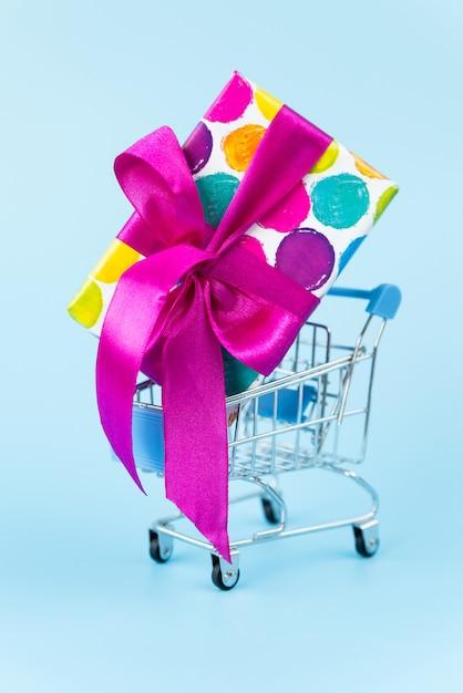 ショッピングカートに大きなカラフルなギフト 無料写真