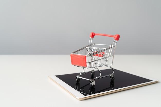 タブレット上のショッピングカート 無料写真