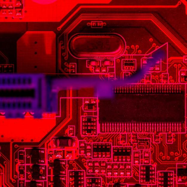 チップを搭載した赤をテーマにした回路基板のフラットレイアウト 無料写真