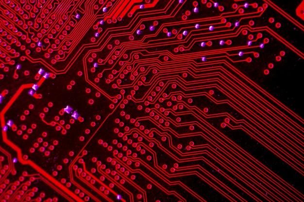 赤をテーマにした回路基板のクローズアップ 無料写真