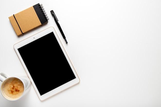 Вид сверху планшет с кружкой кофе Бесплатные Фотографии