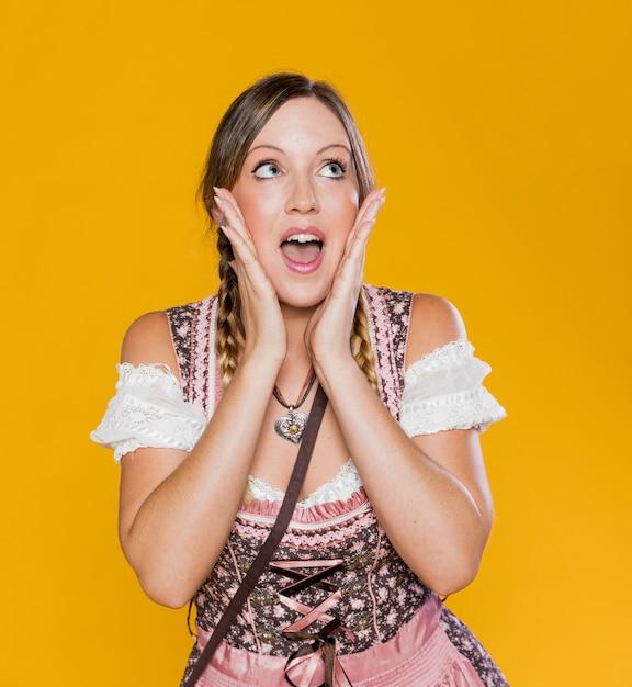 バイエルンの衣装でゴージャスな女性 無料写真
