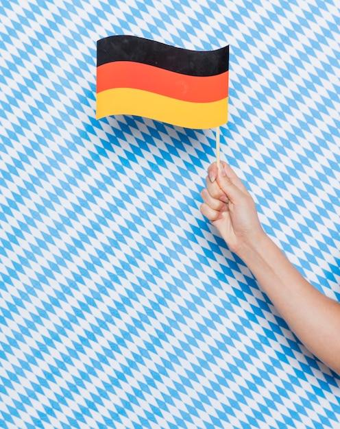 パターンの背景を持つドイツの旗 無料写真