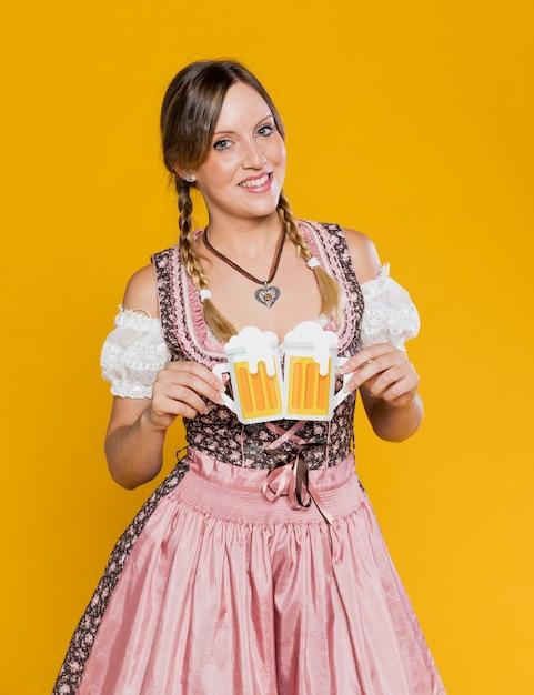 Молодая девушка держит бумажные кружки пива Бесплатные Фотографии