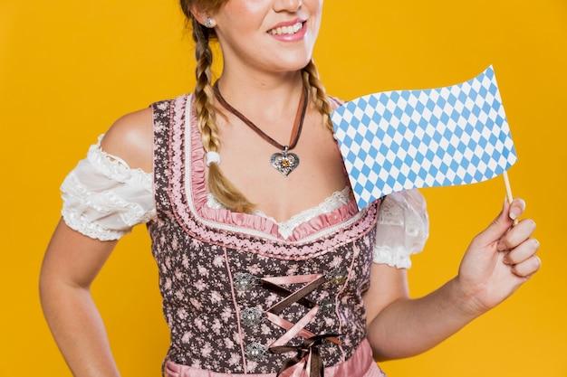 Улыбающаяся праздничная девушка с флагом Бесплатные Фотографии