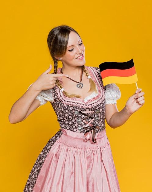 Молодая женщина гордится немецким флагом Бесплатные Фотографии