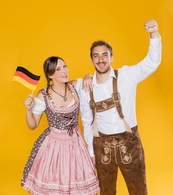 Баварская пара празднует октоберфест Бесплатные Фотографии