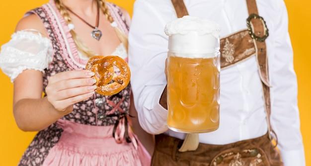 男と女のオクトーバーフェストを祝う 無料写真