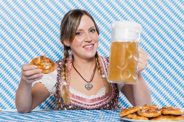 Смайлик молодая женщина празднует октоберфест Бесплатные Фотографии
