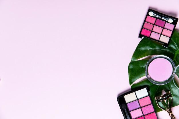 コピースペースとピンクの背景の化粧品のトップビュー 無料写真