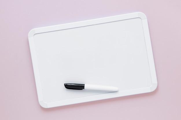 マーカー付きのフラットレイアウトホワイトボード 無料写真