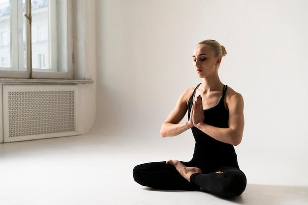 サイドビュー女性瞑想姿勢 無料写真