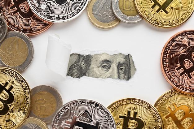 Рваная бумажная банкнота с биткойнами Бесплатные Фотографии