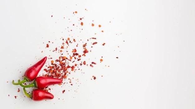 トップビュー赤唐辛子とテーブルの上の種 無料写真