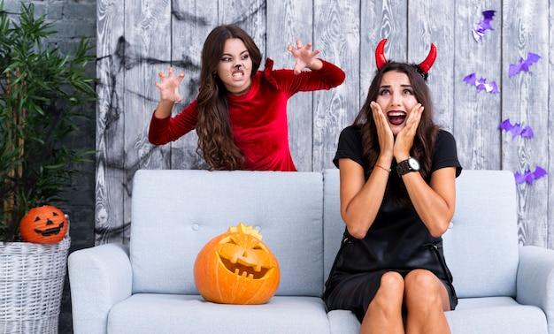 Молодая девушка пугает маму на хэллоуин Бесплатные Фотографии