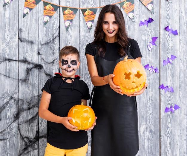 Мать и мальчик, холдинг резные тыквы Бесплатные Фотографии