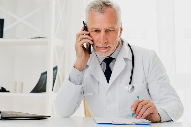 電話で話している医者 無料写真