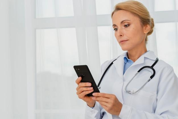携帯電話を使用して医師 無料写真