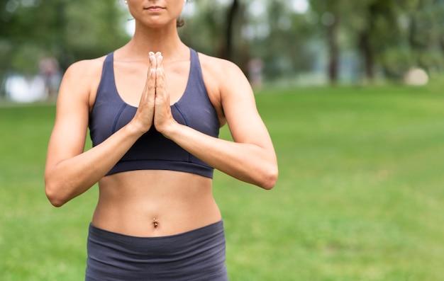 Крупным планом женщина медитирует на природе Бесплатные Фотографии