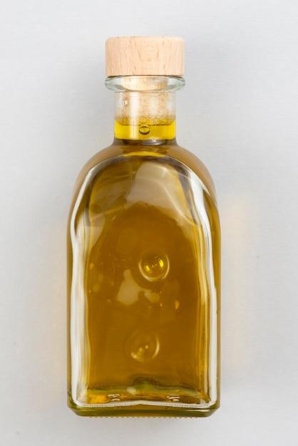 Бутылка натурального оливкового масла на столе Бесплатные Фотографии