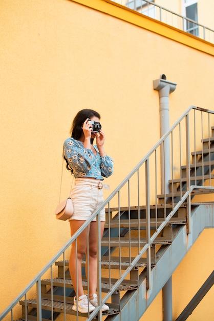 写真を撮る黒髪のかわいい女性 無料写真