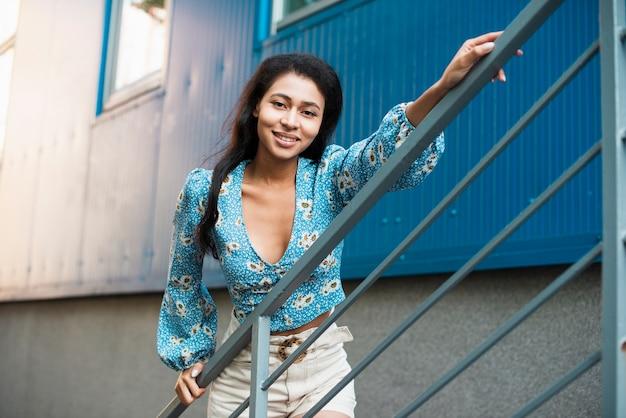 Женщина с цветочной блузкой держит ее за руку Бесплатные Фотографии